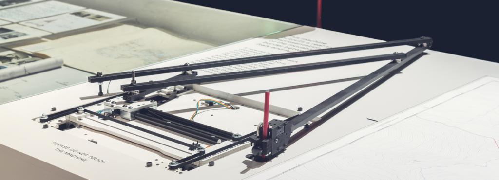Eine Maschine auf einem Tisch, die Aufzeichnungen anfertigt.