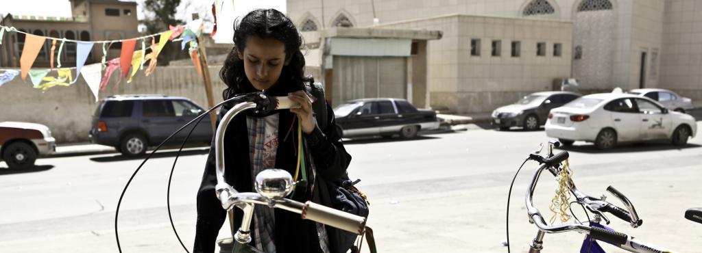 Ein Mädchen steht vor einem Fahrrad