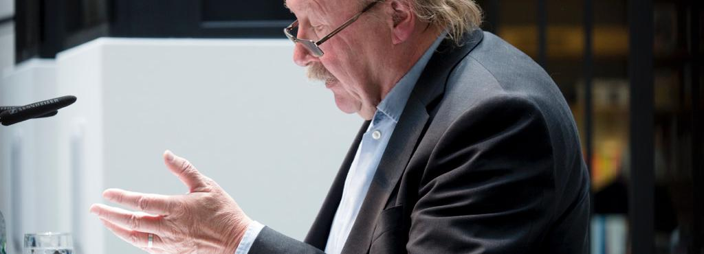 The picture shows the gesticulating Peter Sloterdijk during a speech