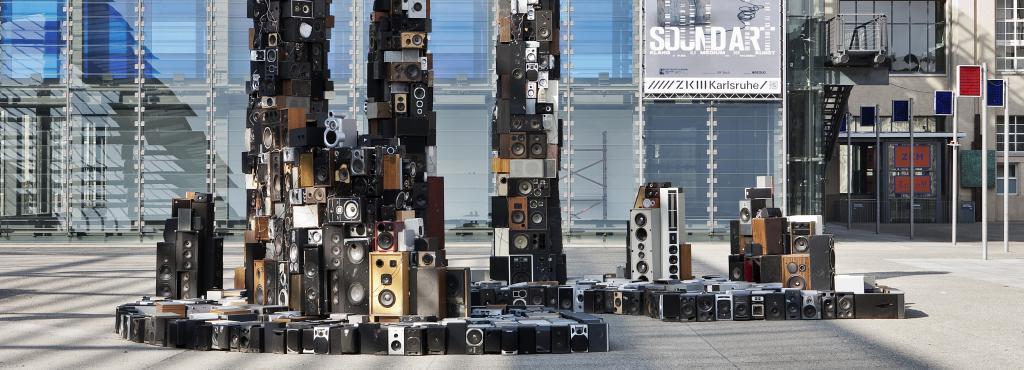 Außenansicht des ZKM mit Sound-Skulptur