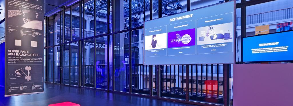 Eine Frau interagiert mit einem interaktiven Touchscreen.