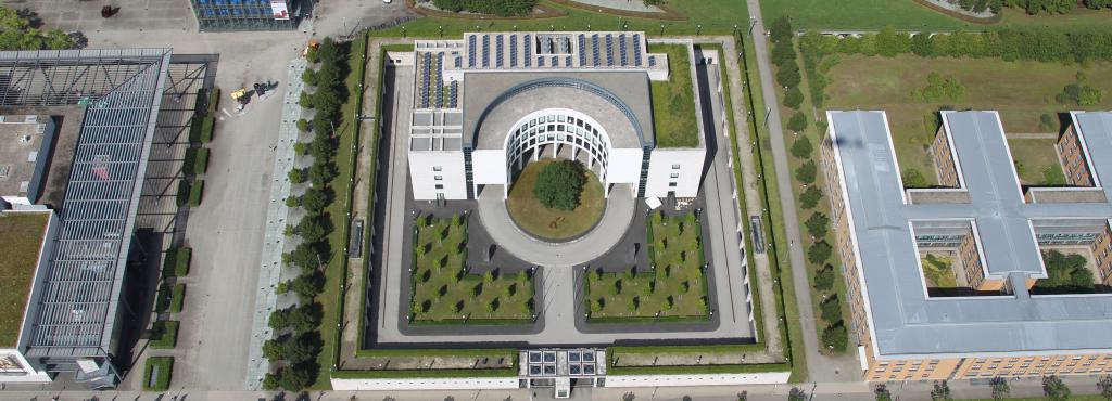 Das Foto zeigt die Vogelperspektive auf das Gebäude der Generalbundesanwaltschaft in Karlsruhe.