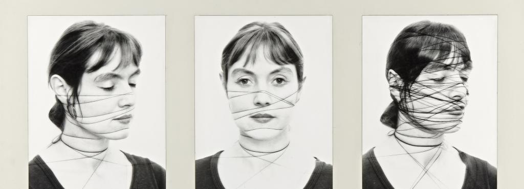 Drei Schwarz-Portraits zeigen eine Frau, die Fäden um ihr Gesicht gewickelt hat.