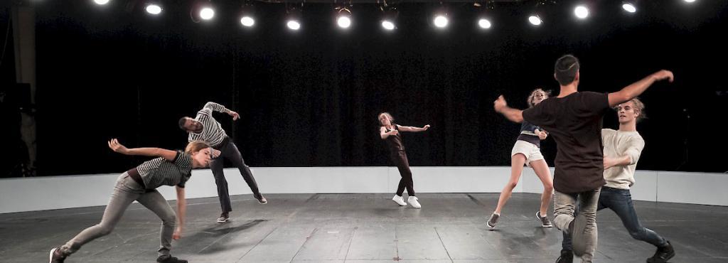 Sechs Tänzer während ihrer Performance