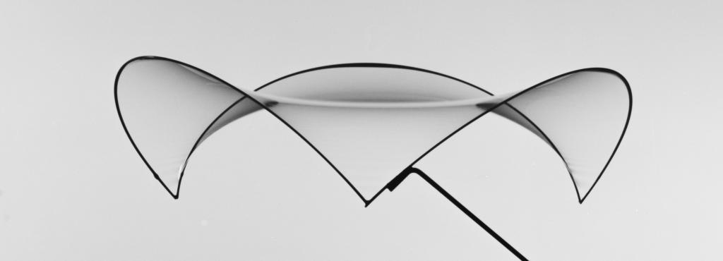 Frei Otto Fotografie: Minimalfläche aus einer Seifenhaut