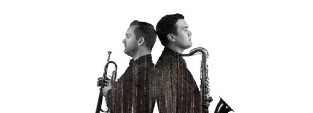 Zwei Musiker Rücken an Rücken