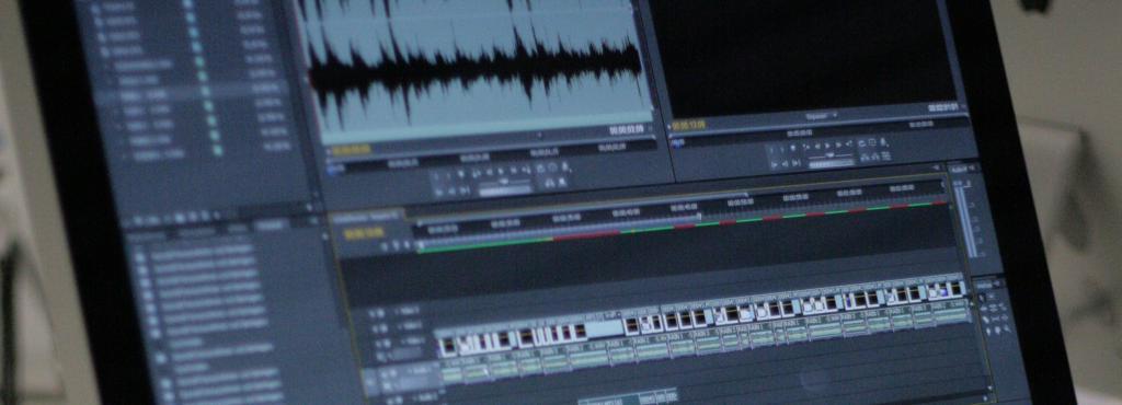 Jemand arbeitet am Computer mit einem Musikprogramm