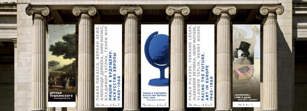 Außenansicht der Säulen des Puschkin-Museums in Moskau, zwischen denen Banner aufgehängt sind.