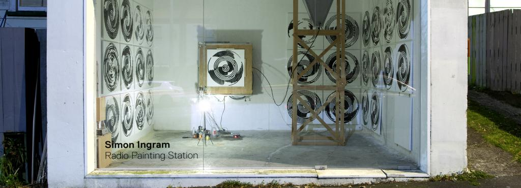 The picture shows the installation »Radio Painting Station« by Simon Ingram