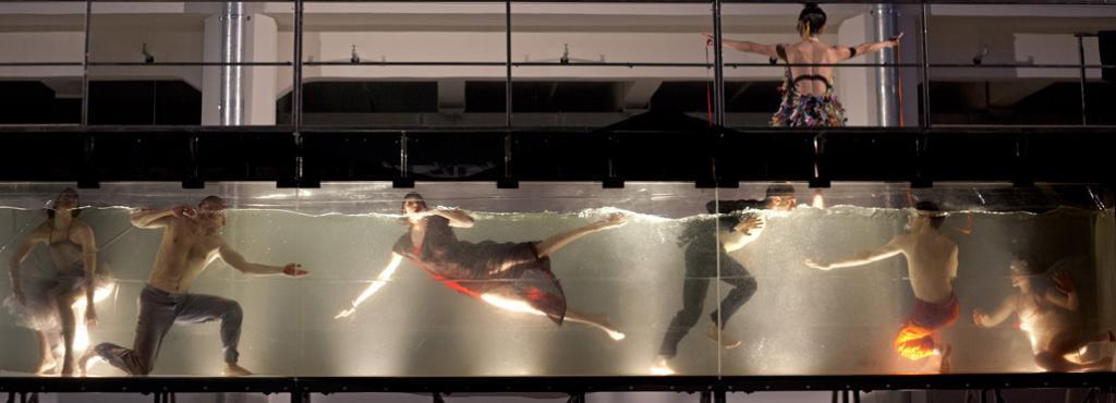 TänzerInnen in einem Wasserbecken