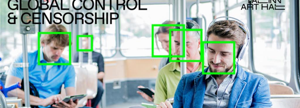 Das Foto zeigt mehrere Personen in einer Straßenbahn, die allesamt auf ihr Smartphone schauen. Über ihren Gesichtern liegt das Gesichtserkennungssymbol in neongrüner Farbe.