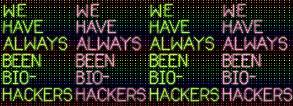 Über regenbogenfarbigen Pixelpunkten steht immer wieder die gleiche Aussage in Grün und Pink »WE HAVE ALWAYS BEEN BIO-HACKERS«