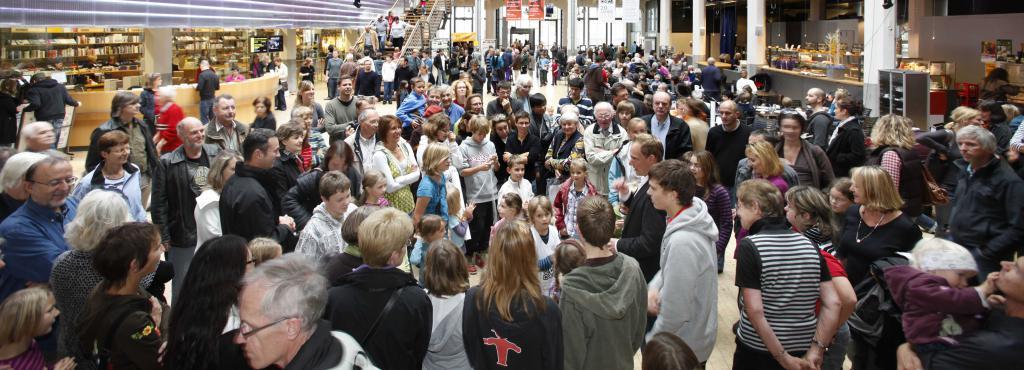 Das ZKM_Foyer voller Menschen