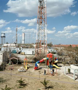 Bunter Spielplatz vor Fabrikgelände
