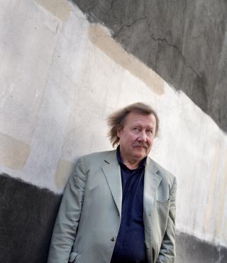 Porttrait Peter Sloterdijk vort einer Betonwand