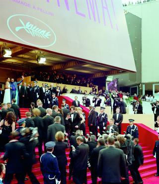 Menschenmenge auf dem roten Teppich in Cannes