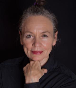 Das Bild zeigt ein Portrait der Giga-Hertz Preisträgerin Laurie Anderson
