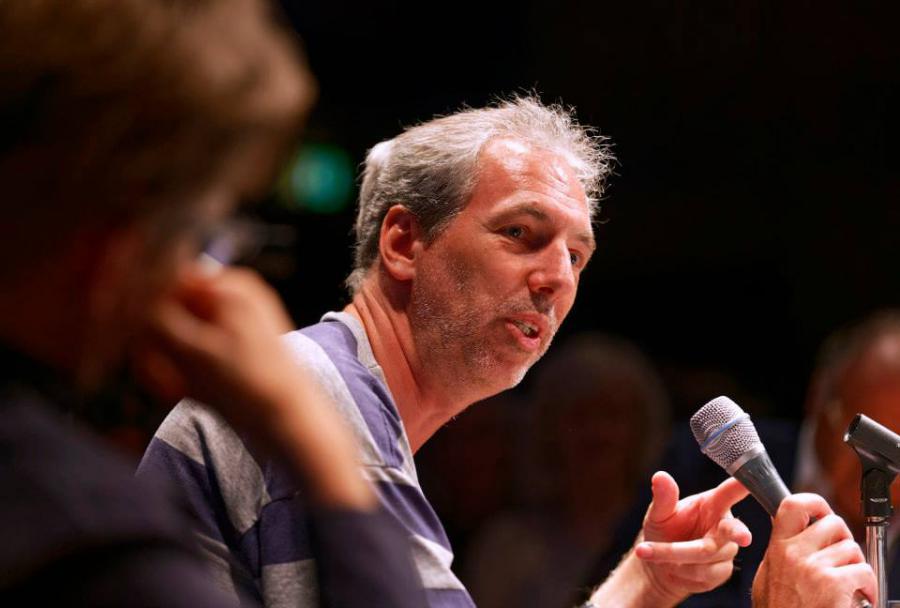 Diskussionsteilnehmer Andreas Ströhl mit Mikrofon