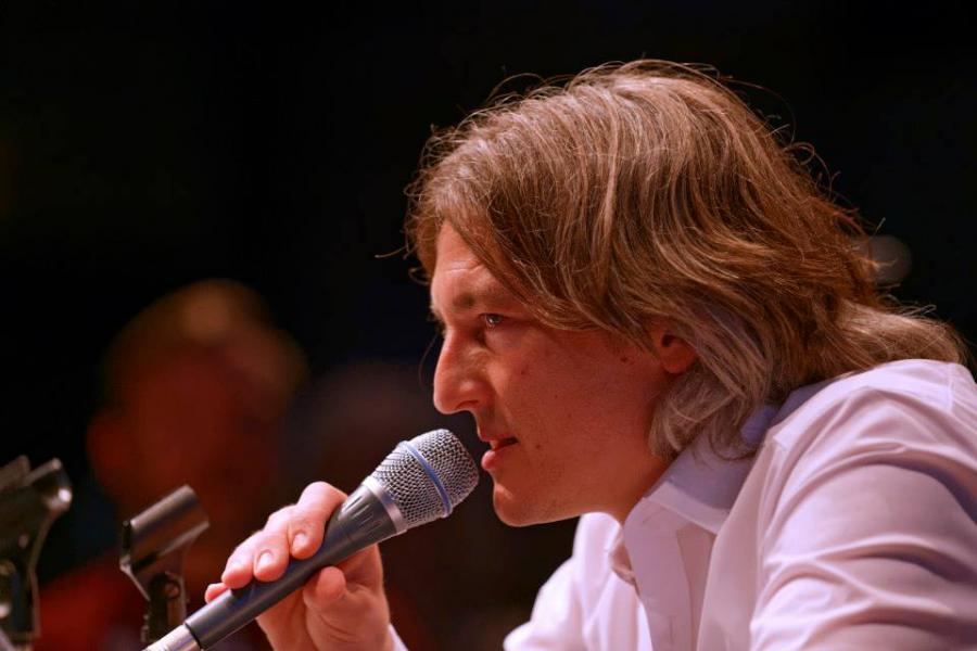 Mann mit Mikrophon: Marcel René Marburger