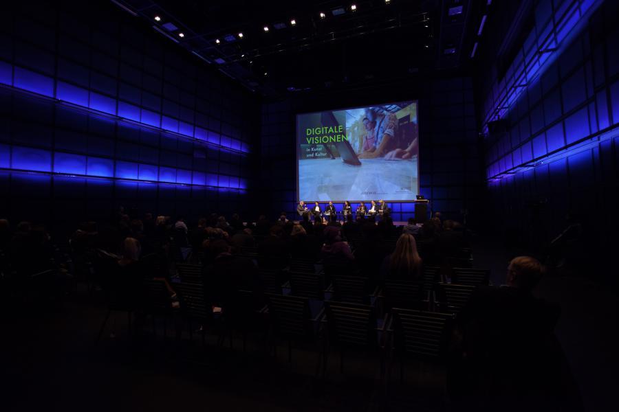 Blick vom Publikum aus auf die Bühne des Medientheaters.