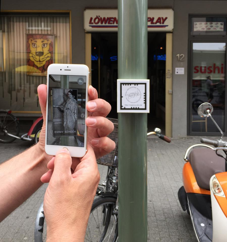 A smartphone is helt towards a column in order to catch the augmented reality marker.