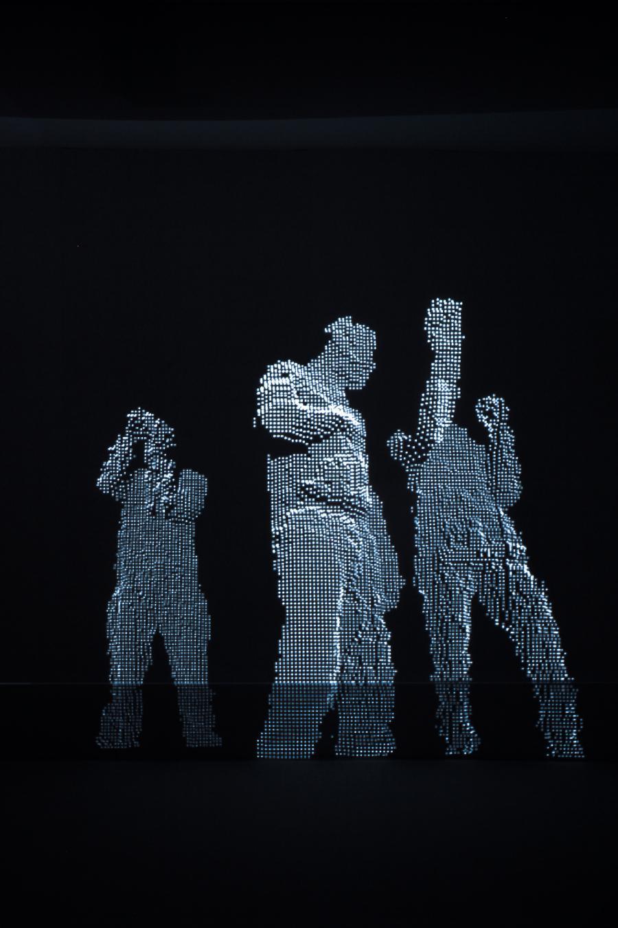 Menschenformen aus silbernen Pixeln