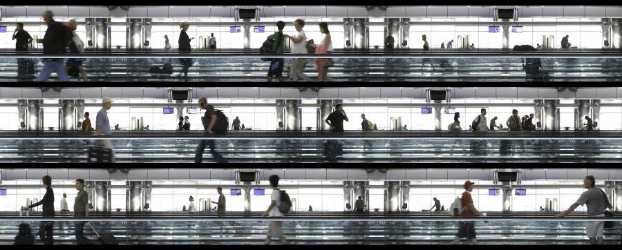 Flughafenszene, Menschen auf Rollbändern