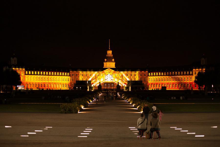 Das Karlsruher Schloss in gold getaucht