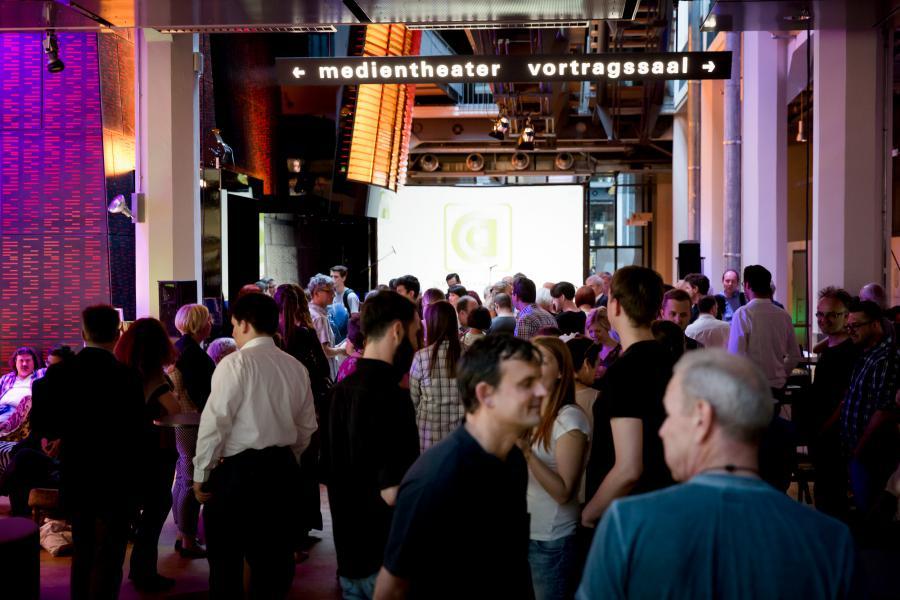 Menschen stehen im ZKM_Foyer