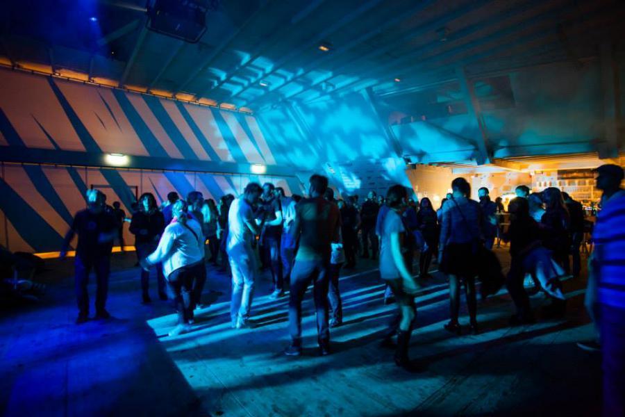 Menschen tanzen im Pavillon