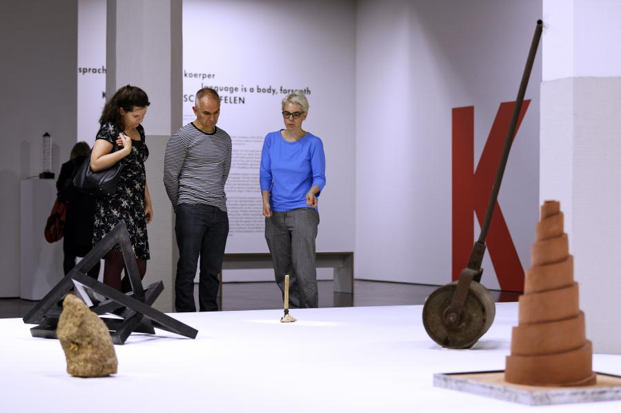 Visitors to the exhibition »Konrad Balder Schäuffelen: language is a body, forsooth«