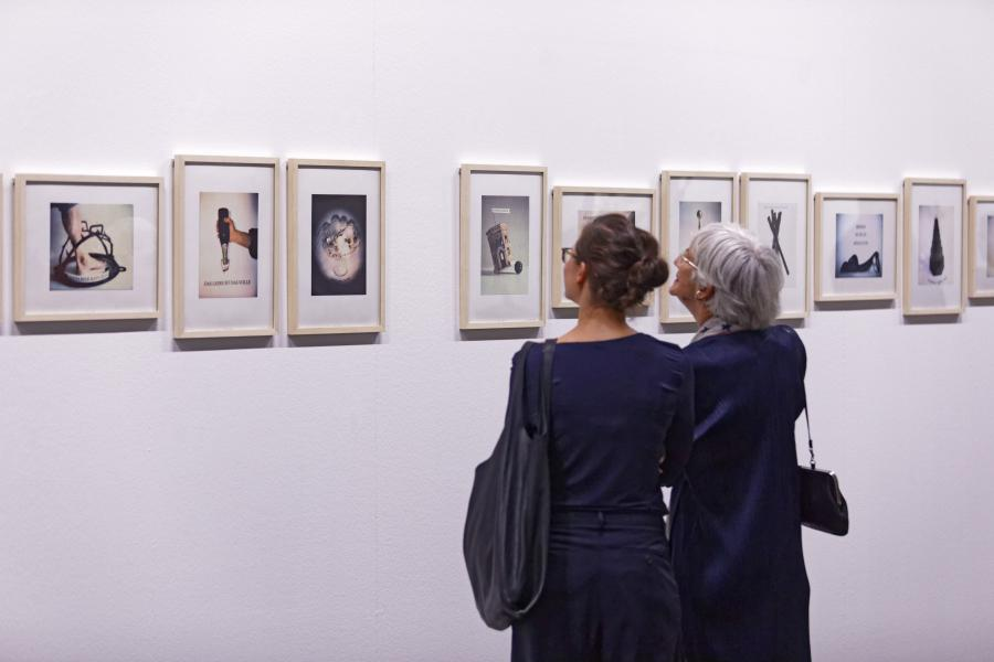 Visitors at the exhibition »Konrad Balder Schäuffelen: language is a body, forsooth«