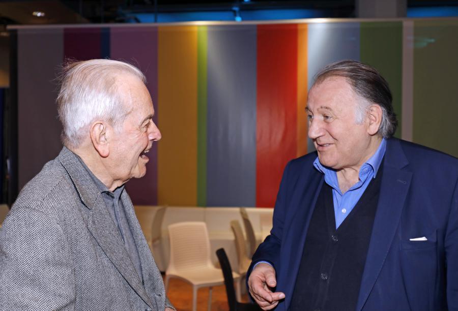 Zwei Männer unterhalten sich miteinander.