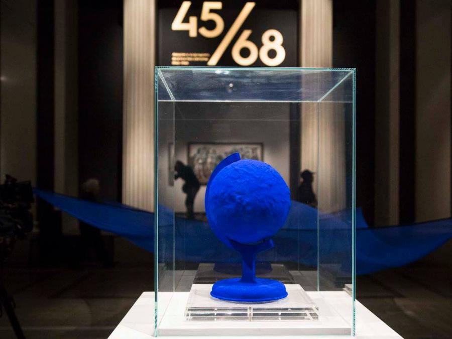 The photo shows an ultramarin blue globe, exhibited in Moscow.