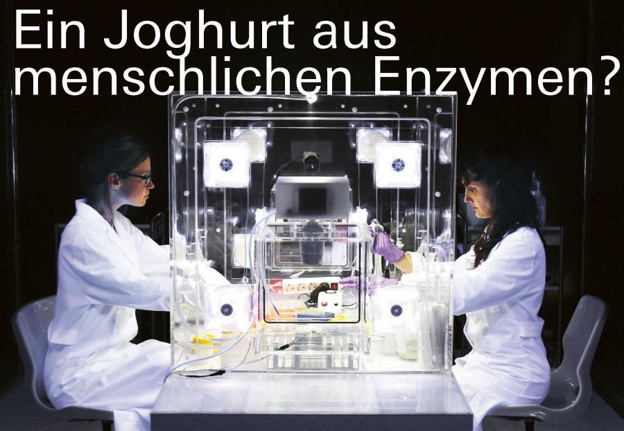 Forscherinnen vor Apparatur