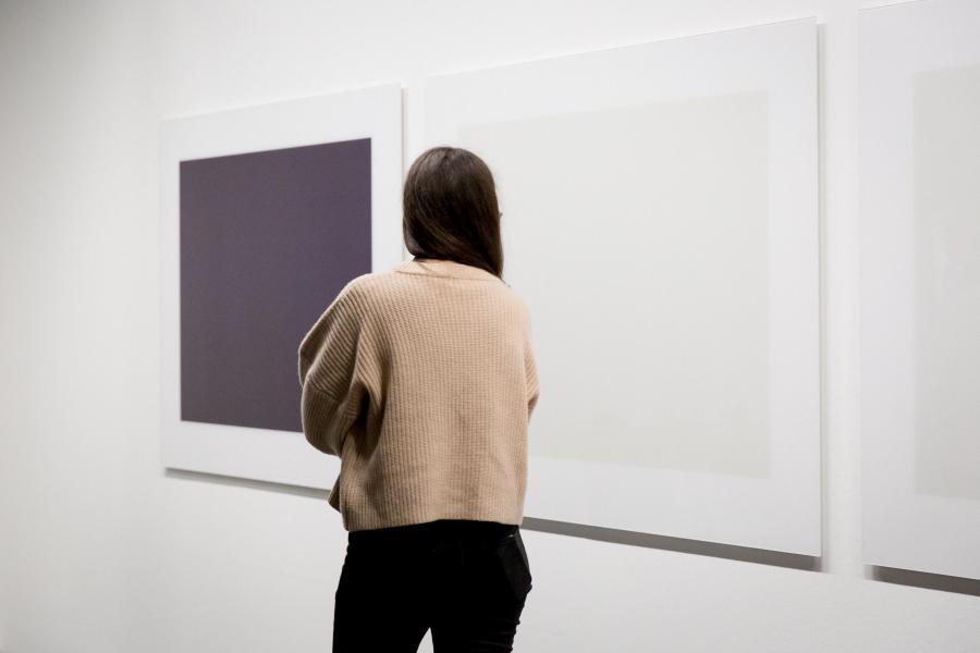 Eine Frau steht vor einem Kunstwerk