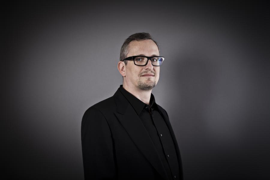 Das Foto zeigt ein Portrait von Helmut Kinzler