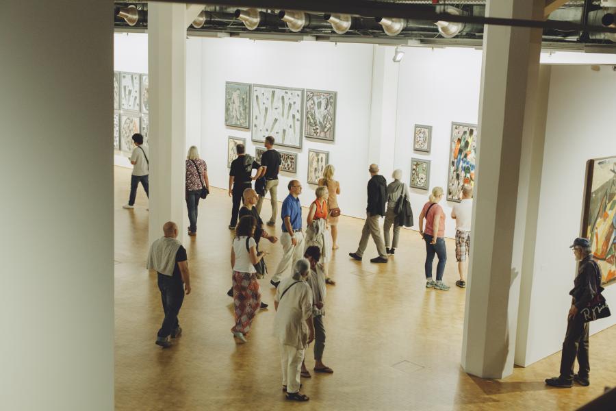 Visitors to the exhibition »Markus Lüpertz. Kunst, die im Wege steht«