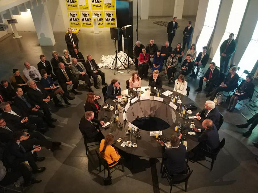 Foreign Minister Frank Walter Steinmeier in a discussion in the »GLOBAL CONTROL AND CENSORSHIP« exhibition in Žilina.