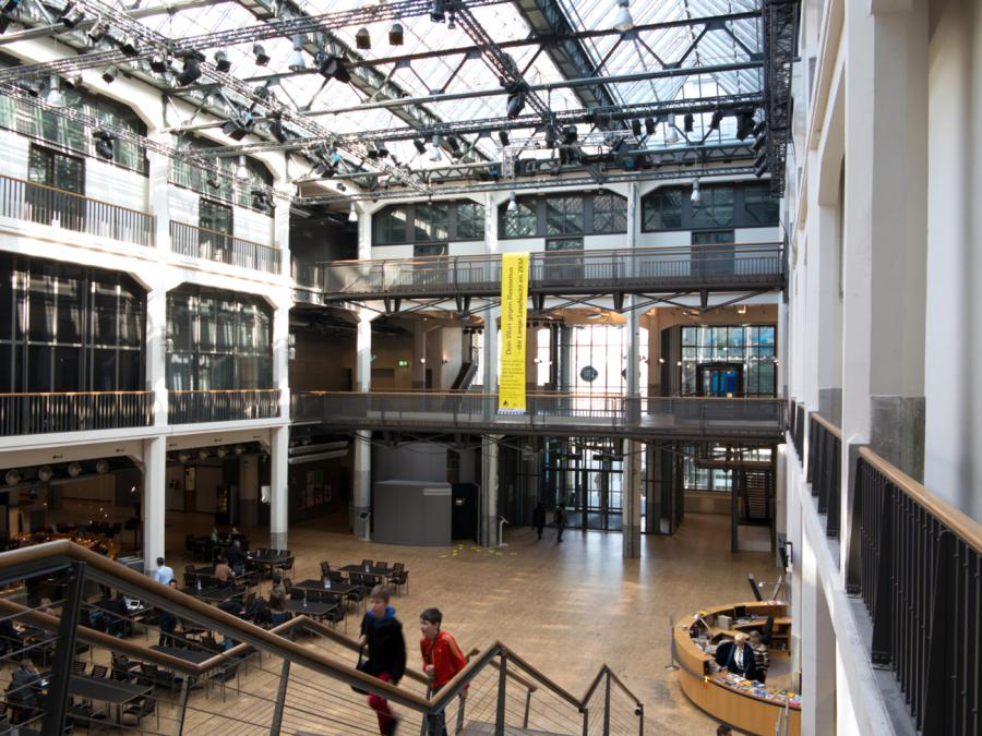 Das ZKM_Foyer vom Museumsbalkon aus