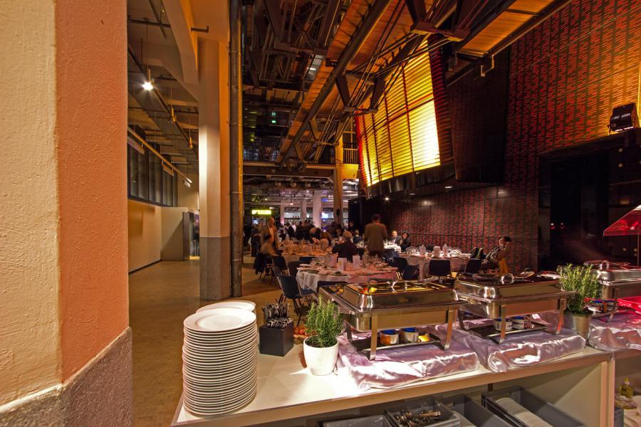 Buffet im Durchgang vom ZKM_Foyer zur HfG