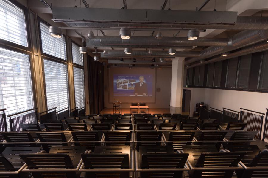 Der ZKM_Vortragssaal mit Blick auf Podium