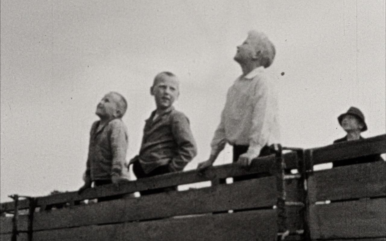Still from the 1933 film »A Cheerful Day in Rügen« by Ellen Auerbach