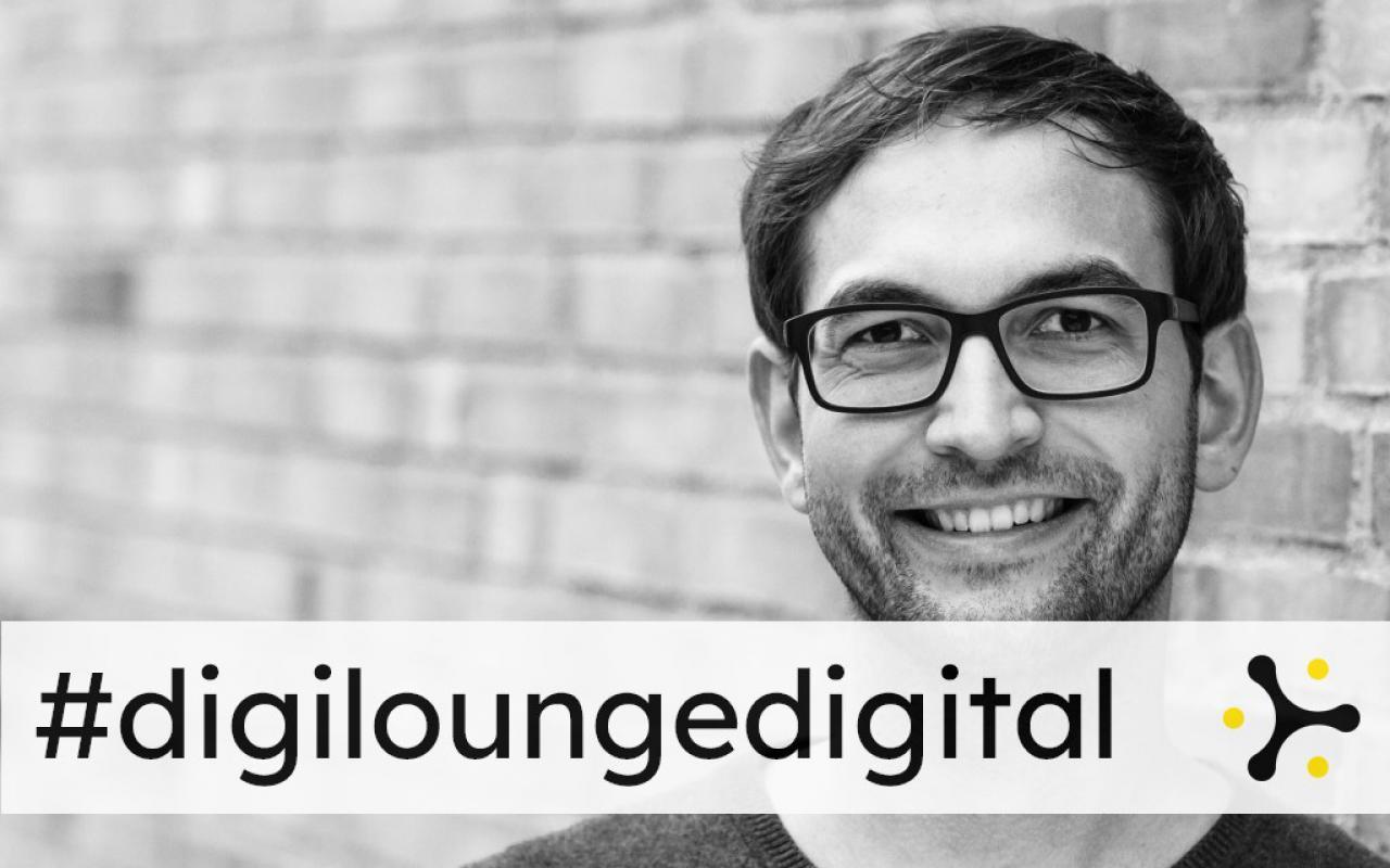 Zu sehen ist ein Mann mit Brille der in die Kamera schaut. Auf dem Bild steht #digiloungedigital.