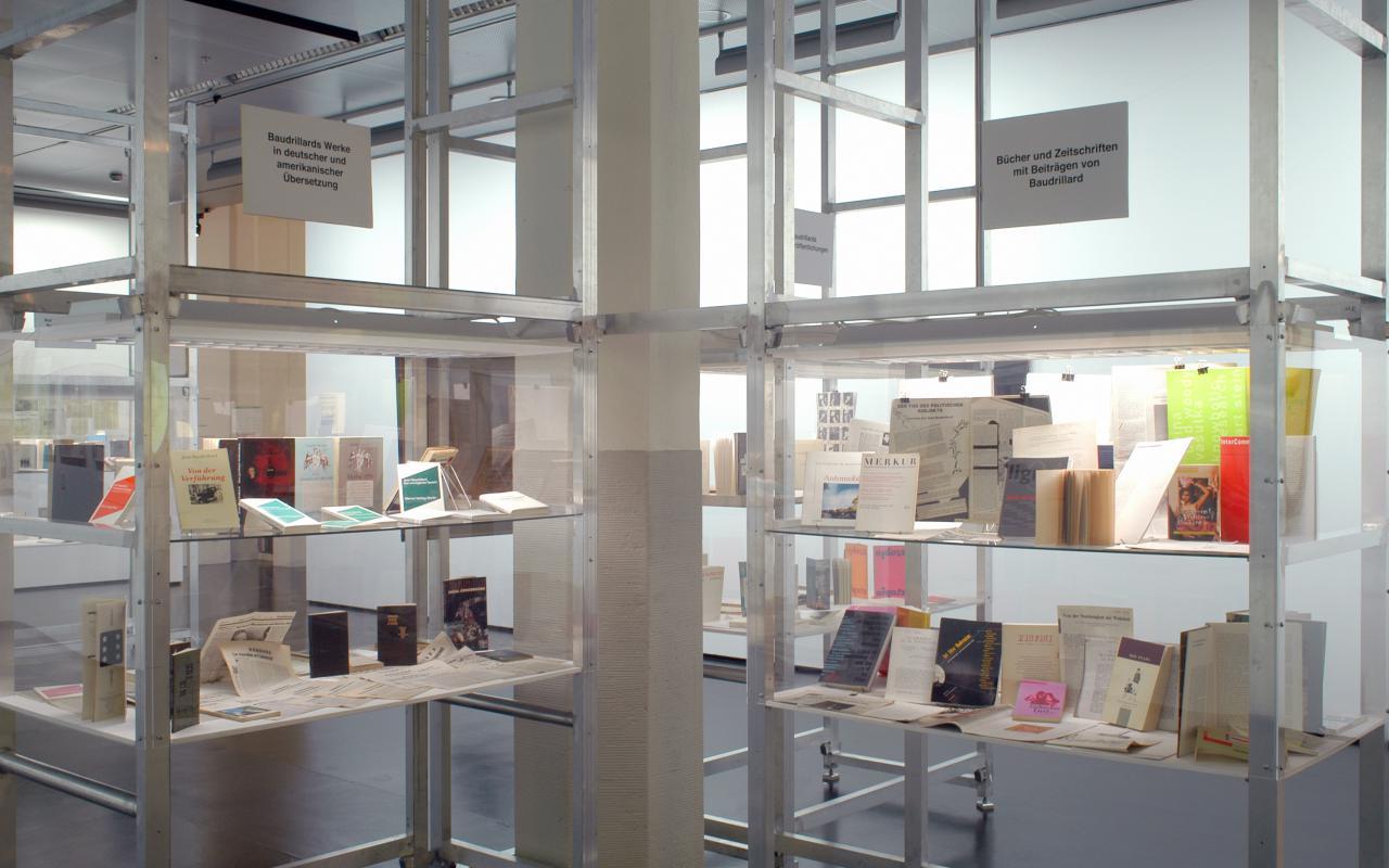 """Ausstellungsansicht """"Jean Baudrillard und die Künste"""""""