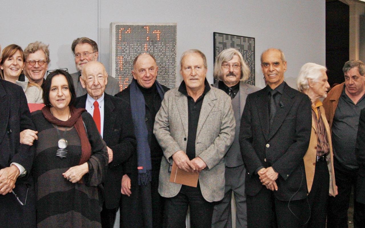 Ein Gruppenfoto der KünstlerInnen der Ausstellung »bit international«.
