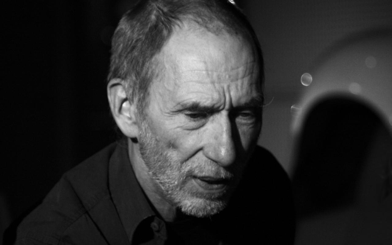 Ein schwarz-weißes Foto zeigt Frieder Nake mit konzentriertem Blick.