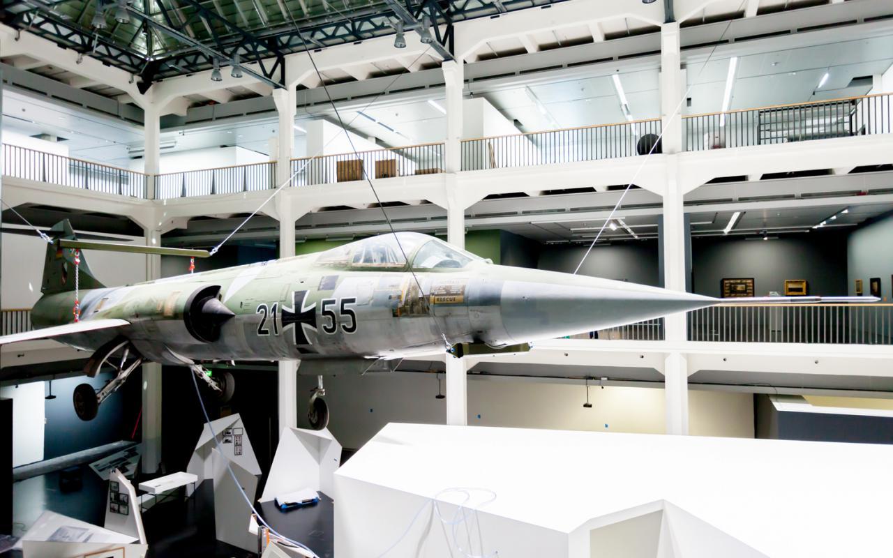 Ein Starfighter, der im Museumsraum von der Decke hängt