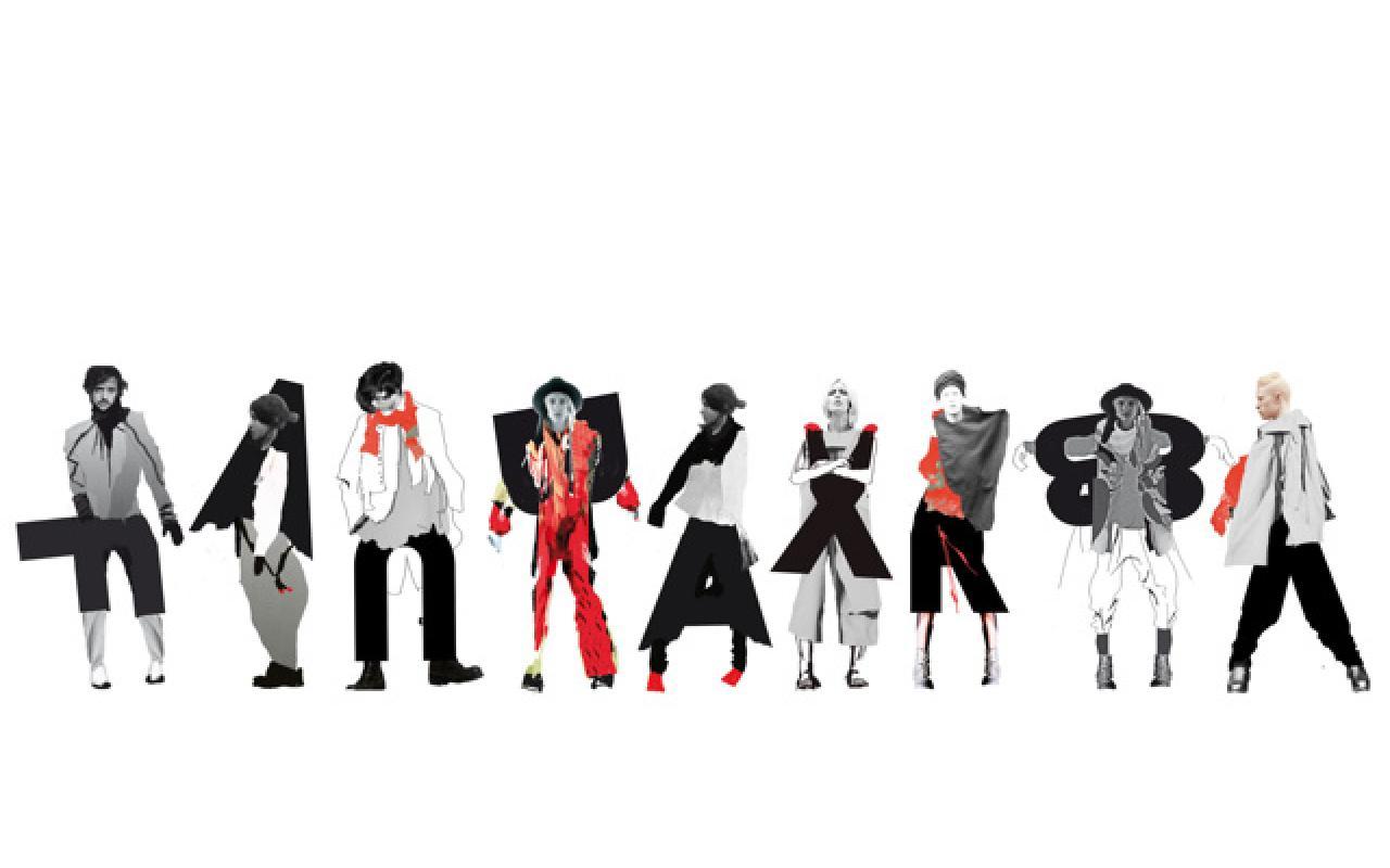 Neun Personen stehen nebeneinander. Der Umraum ist völlig weiß. Ihre Köpfe sind real, die Kleidung wurde per Computer in den Farben schwarz, grau, weiß und rot generiert. Ein jeder Körper wird mit einem Buchstaben in Verbindung gebracht.