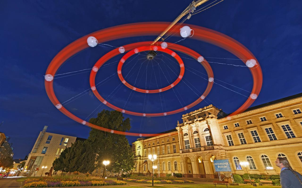 Ein riesiger roter Kreisel im Karlsruher Nachthimmel